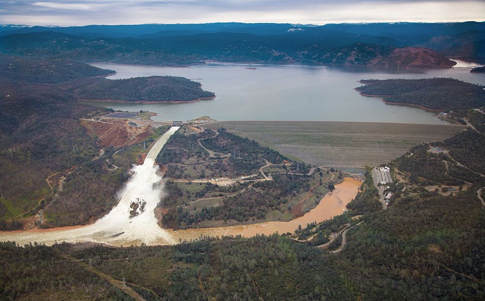 Oroville_Dam_wide_view_15_February_2017.jpg