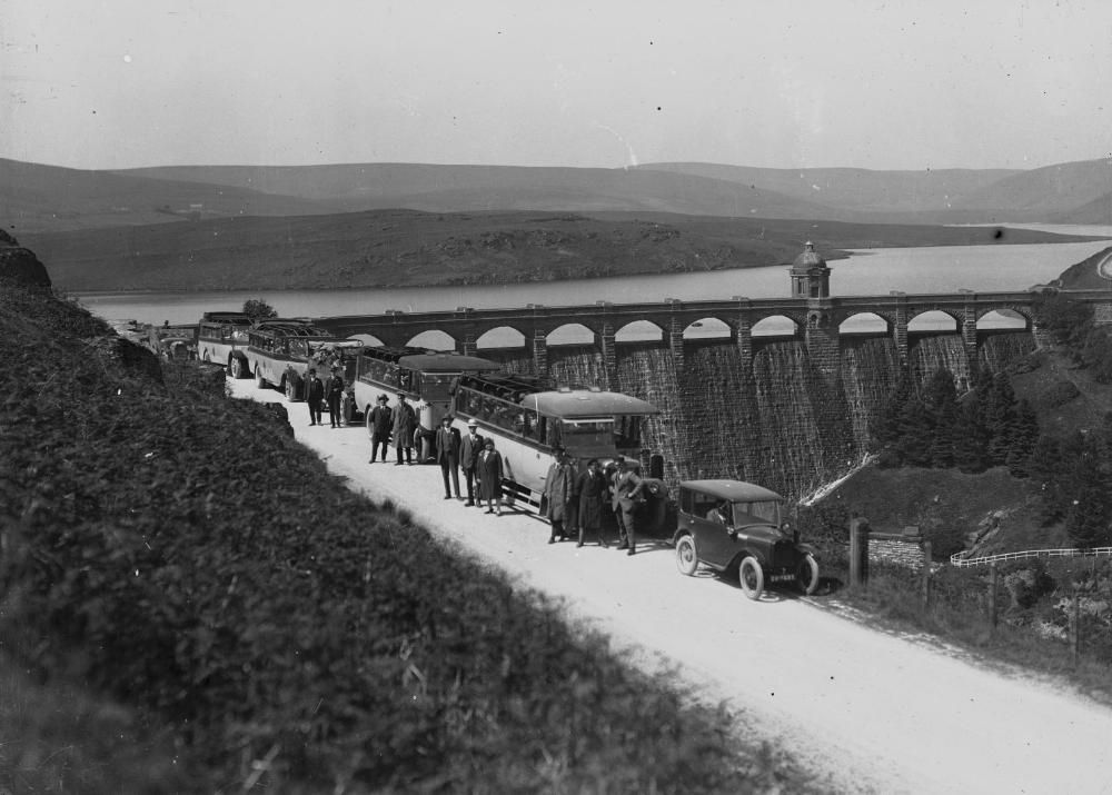 Men_and_women_in_buses_and_cars_visiting_a_reservoir_in_Elan_Valley_(1294651).jpg